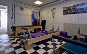 Pilates apparatuur, zoals de cadillac en reformer, voor privé en duo-lessen